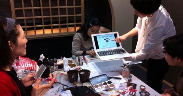 メイクアップアーティストの田村先生による講座「華やかさで存在感UP!パーティーメイクセミナー」