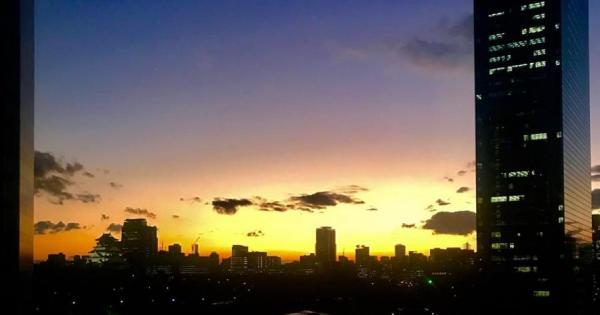 アカデミアの窓際から見える夕日